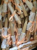 Tužky zdobené krajkou a meruňkovou stuhou,