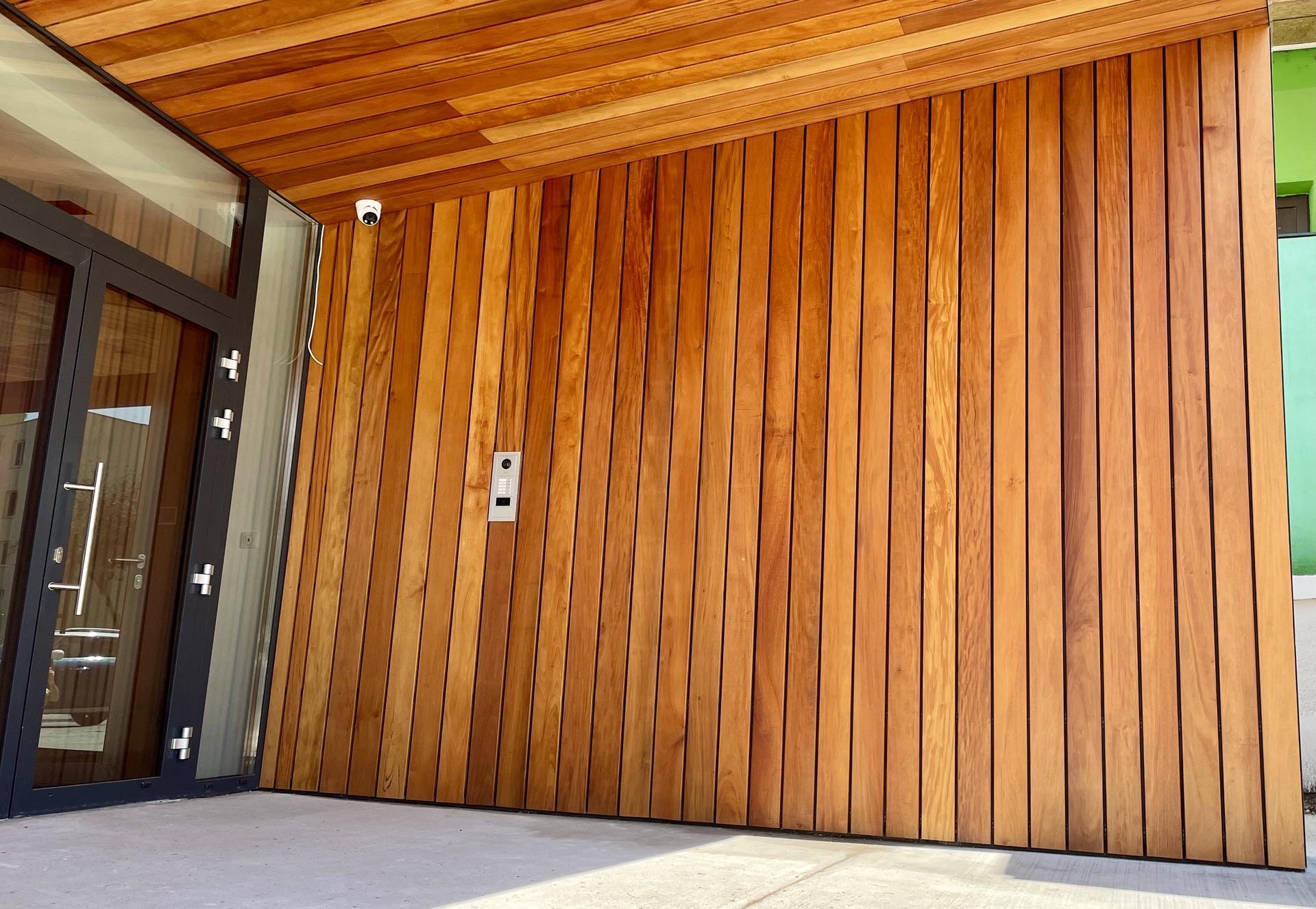 fasádny obklad drevo + bond - FASÁDNY OBKLAD DREVO + BOND  odvetranafasáda otvorené špáry skryté uchytenie dreva  viac na  www.designcentrum.sk alebo www.odvetranafasada.com