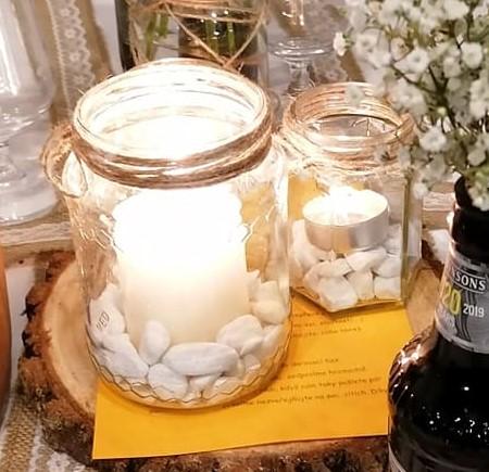 Svícny a vázičky s jutovými mašličkami á 200Kč + kamínky 25 kg á 300Kč - Obrázek č. 1