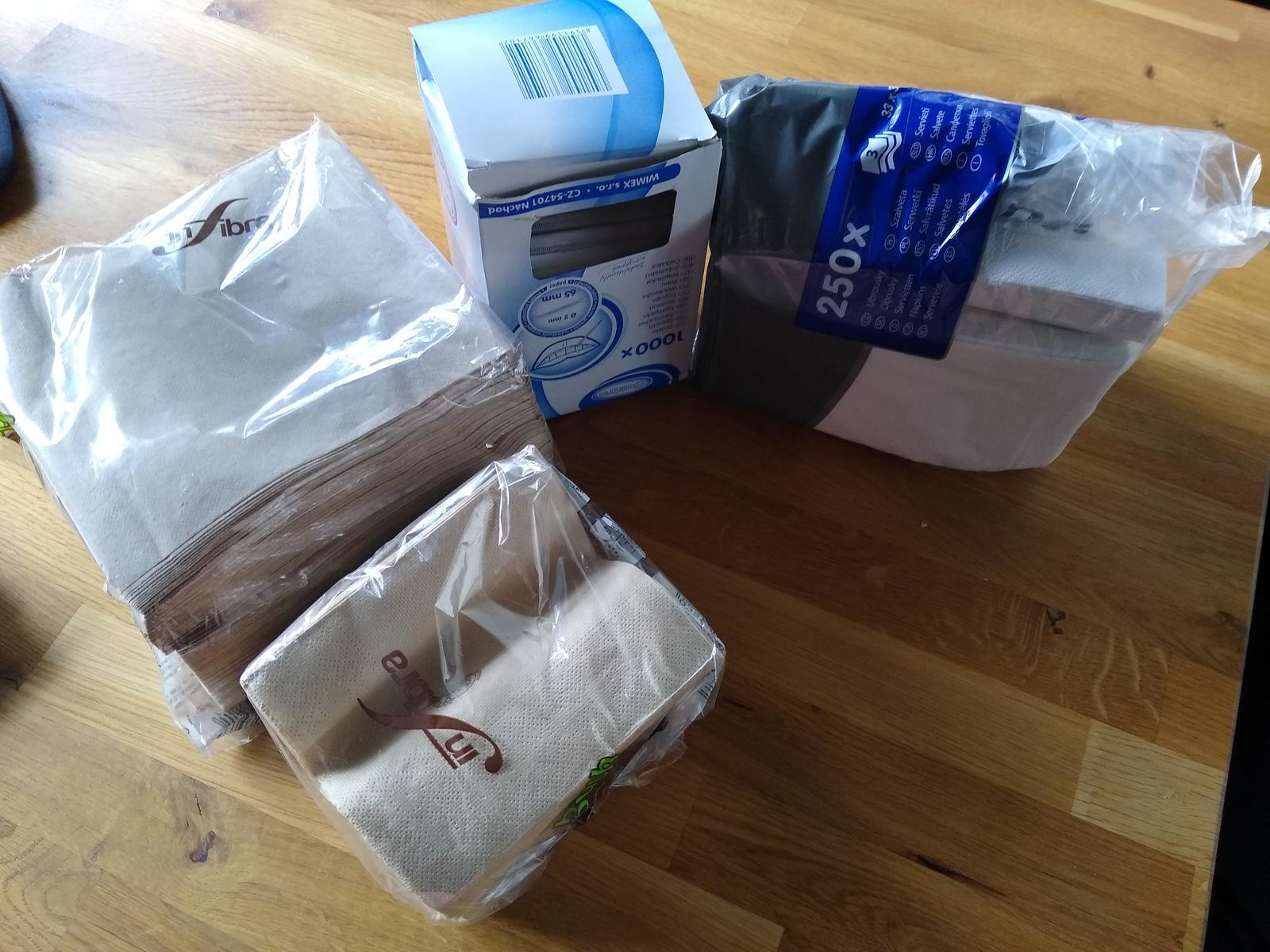 Ubrousky 300 ks bílé a hnědé, párátka cca 800 ks, talíře 40 ks, nové - Obrázek č. 1