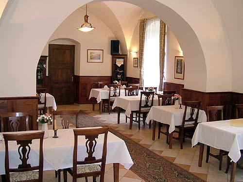 Martinka + Stanko  06.06.2009 - Stôl bude do písmena T a výzdoba bordovo - biela