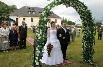 Svadobný obrad sme mali vonku na lúke pri kaštieli v Beniciach.