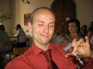 Spokojený svatebčan.))