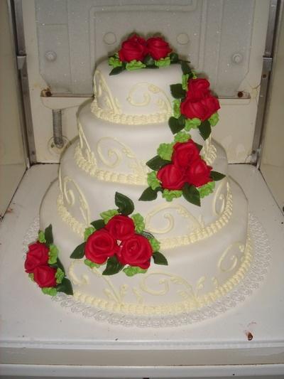 Lucka a Peťko 21.08.2010 - podobnu ale ine ruze a postavičky na torte..