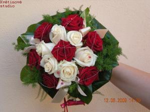 podobnou kombinaci budu mít ale bez toho zeleného a mnohem větší růže:)