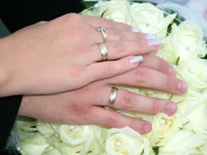 obrúčky na rúčkach novomanželov