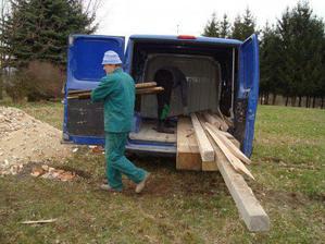 začínáme stavět boudu - nejprve vynosit materiál