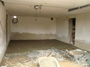 začínáme betonovat podlahu v garáži