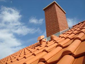 náš komín a detail střechy