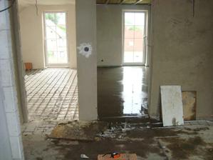 v pravo ložnice a v levo větší pokojíček (foceno z koupelny, kde ještě nebyla příčka)