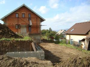 opěrná zeď v zadní části zahrady