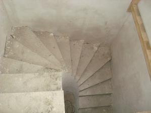 spodní schodiště hotové - ještě obložíme schodnice dřevem