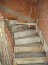jedna část spodního schodiště je již vybetonovaná
