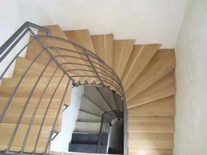 schodiště do horního patra - zábradlí bude mít ještě dřevěné madlo a ještě není vymalováno