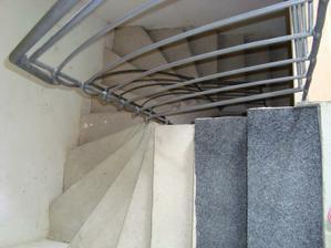 spodní schodiště - schodnice budou obložené dřevem a madla u zábradlí taky