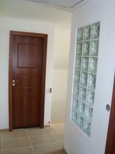 horní chodba - dveře na wc a v pravo koupelna