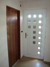 vchodové dveře a dřevěné jsou do technické místnosti a prádelny