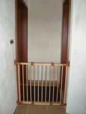 zábrany na schodišti - nezbytná věc, pro naše zlatíčko :) tuhle zábranu máme ještě v horním patře (chodby nejsou ještě úplně vymalovány)