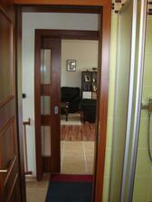 pohled z koupelny přes chodbu, do obýváku