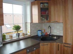 druhé okno v kuchyni a granitový dřez Franke