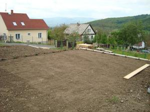 tak tady jsme zakládali nový trávník