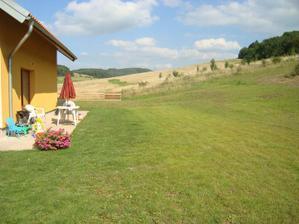 trávník u terasy