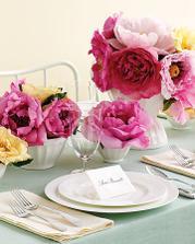 """tzv. """"centerpiece"""", živé velké rozvité květiny, budou to pivoňky, nebo hodně rozkvetlé růže"""