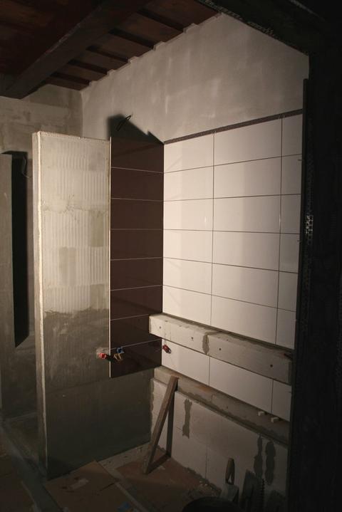Tramovy strop, bungalow - Nad vanou sme si vymysleli policku (murik) - mala by byt podsvietena LED pasikom.