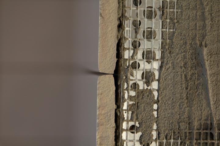Tramovy strop, bungalow - Dalsia vec - tazko sa dosahuje jednotna spara pomocou distancnych krizikov, ked sirka spary kriticky zavisi od hlbky zasunutia krizika medzi dlazdice (cim hlbsie, tym sirsia spara)  :(