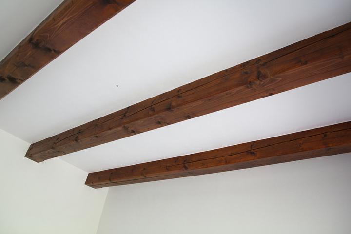 Tramovy strop, bungalow - Prva izba konecne aj vymalovana