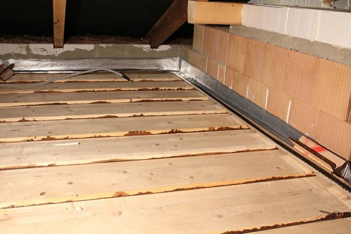 Tramovy strop, bungalow - Zateplovanie stropu. Najprv som si pas parozabrany nalepil po obvode domu...