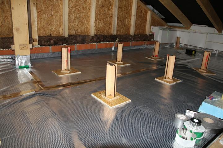 Tramovy strop, bungalow - Tieto stojky som prisroboval (koli stabilite) na kusy OSB dosky a porozkladal.