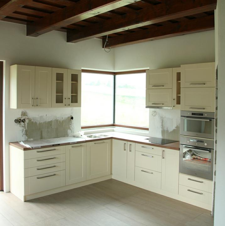 Aby bolo vidno kuchynu v kontexte s farbou stropu...