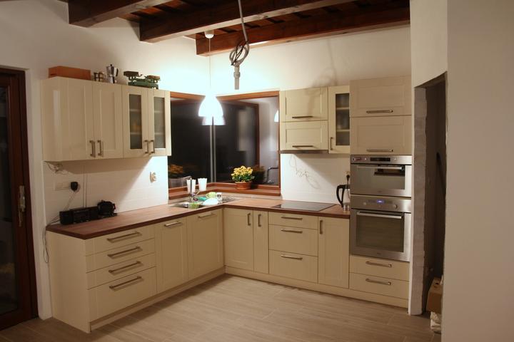 Tramovy strop, bungalow - Po dlhom case nejake aktualne foto z kuchyne...