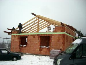6.12.2010 - vsetko drevo co bude von aj natreli zakladnym naterom - velmi dobra vec! Drevo na slnku nezosedne kym dom dokoncime.