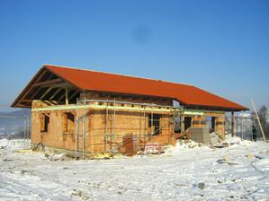 15.12.2010 - a uz nam do obyvacky nesnezi :) Krytinu (Bramac Alpska Klasik) nahadzali za den.