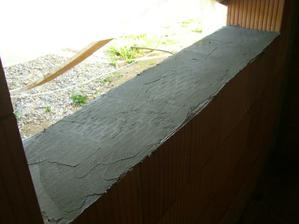15.5.2011 - priprava otvorov pre okna. Skarede ja viem, ale robil som to prvy krat a hned na dutej tehle, co je dost tazke :)