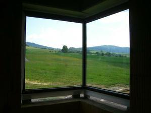 19.5.2011 - vyhlad od kuchynskeho drezu. Rohove okno bez stlpika.