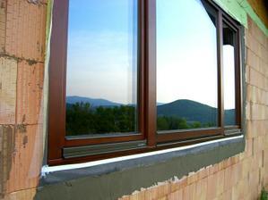 21.5.2011- okolo okien som to oklebroval aby nam slnko nerozkladalo PUR penu
