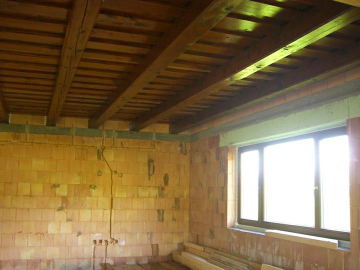 Tramovy strop, bungalow - 29.5.2011 - strop v obyvacke. Na tmavy strop treba mat velke okna, inak bude tma.