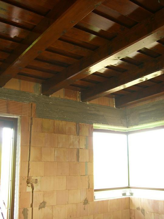 Tramovy strop, bungalow - 4.6.2011 - strop v kuchyni. Uz neznasame natieranie ! :)