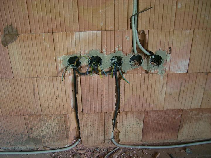 Tramovy strop, bungalow - 14.6.2011 - kable zalozene (3-4 dni roboty aj so sekanim)