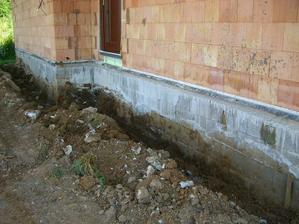 23.6.2011 - obkopane zaklady (len tvarnice, nikdy nie liaty beton v zemi !) Budu sa zateplovat zaklady + drenaz okolo domu.