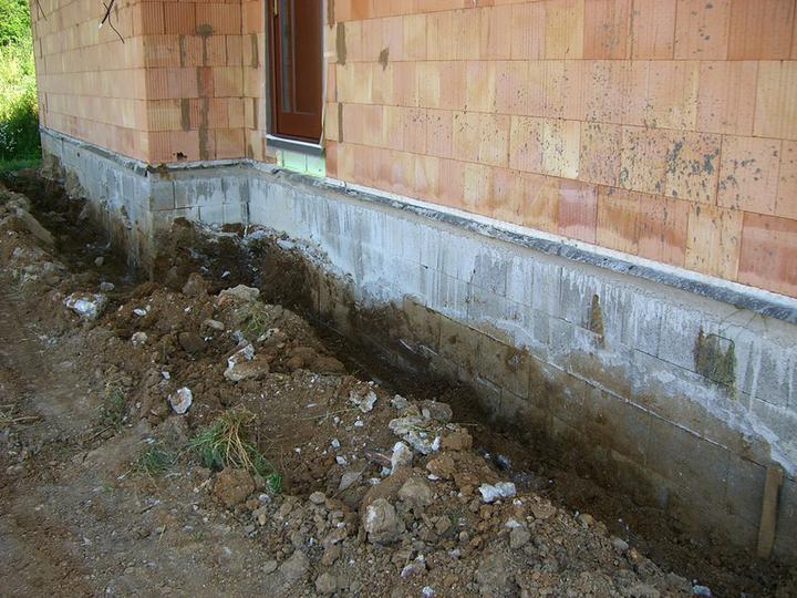Tramovy strop, bungalow - 23.6.2011 - obkopane zaklady (len tvarnice, nikdy nie liaty beton v zemi !) Budu sa zateplovat zaklady + drenaz okolo domu.
