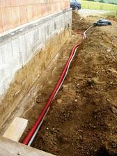 26.6.2011 - hlavny elektricky privod + kabel na ovladanie buducej brany / zvoncek