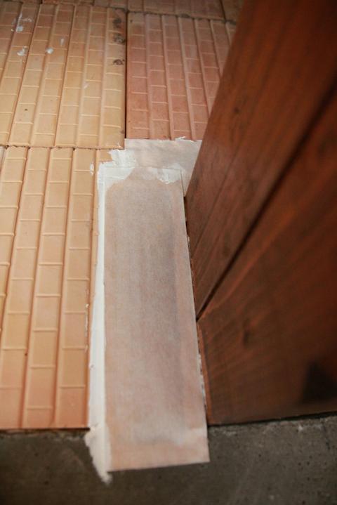 Tramovy strop, bungalow - 22.7.2011 - osetrenie medzery parozabrannou paskou (medzera je samozrejme vypenena)