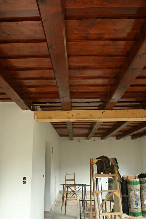 Tramovy strop, bungalow - Pohlad z kuchyno-jedalne do obyvacky. Tam v strede budu este zatahovacie dvere.