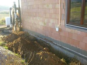 Este obkopanie zvysku domu pre drenaz a zateplenie zakladu.