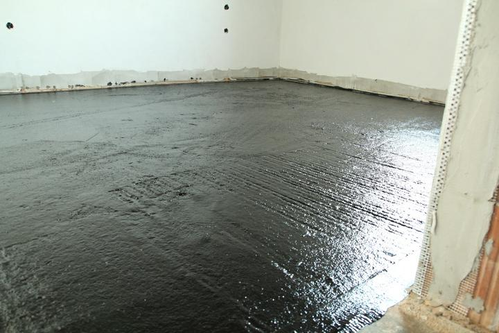 Tramovy strop, bungalow - Natreli sme tekutou hydroizolaciou platnu. (penetracia+2 vrstvy).