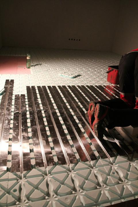 Tramovy strop, bungalow - Rozlozene systemove dosky so zarezmi pre trubky
